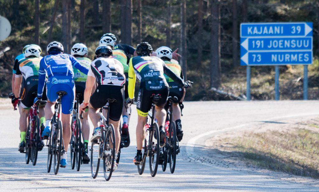 pyöräilijöitä polkemassa kohti kajaania